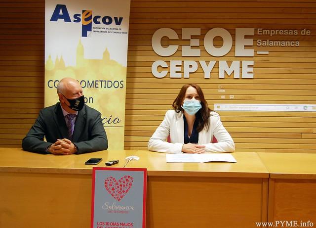 Soledad Gómez, presidenta de ASECOV, junto a Juan José Sánchez, concejal de Comercio del Ayuntamiento de Salamanca, presentan la campaña 'los 10 días majos del comercio de Salamanca'
