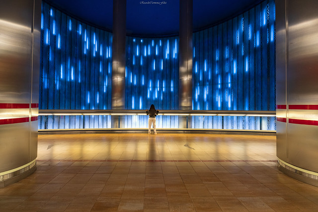 Symmetry with a waterfall of light   -   Simetría con una cascada de luz