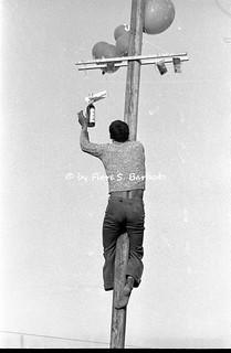 """Sant'Anastasia (NA), 1974, Il """"palo di sapone"""" o """"albero della cuccagna"""" alla festa della Madonna dell'Arco."""