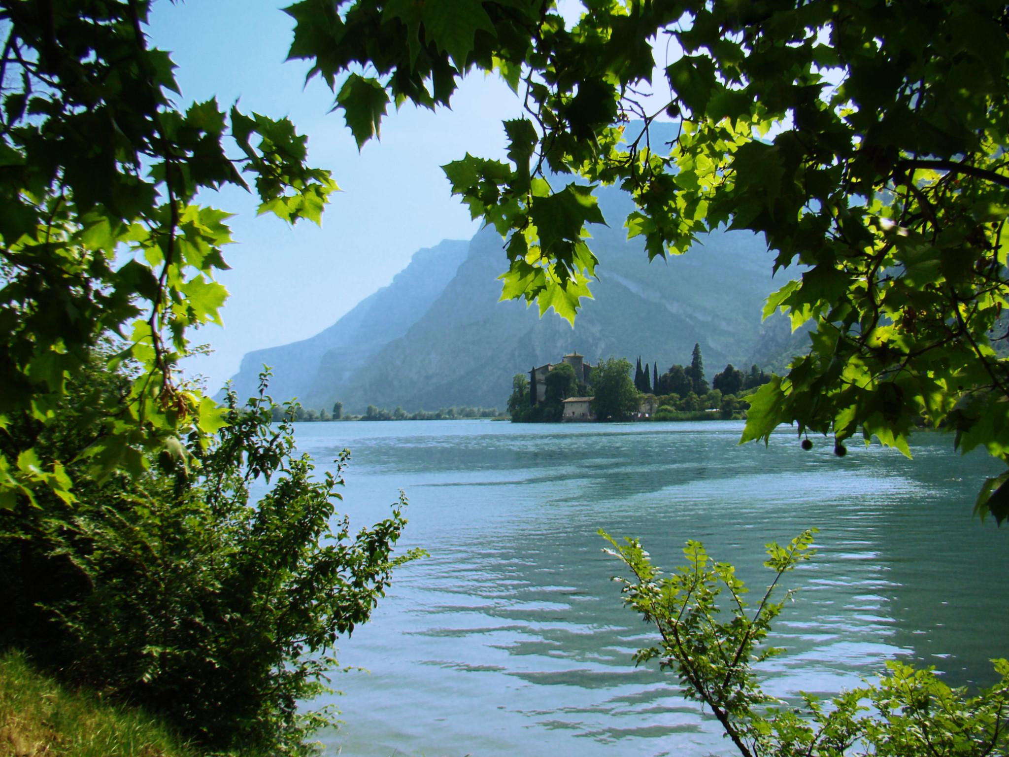Lago Toblino vista del Castillo Toblino provincia de Trento Italia