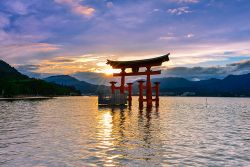 japan hiroshima sunset sunlight reflection torii sky scenery outdoors setoinlandsea itsukushimashrine 日本 廣島縣 嚴島神社 鳥居 夕陽 日芒 瀨戶內海 廿日市市 倒映