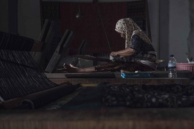 Weaving a fabric