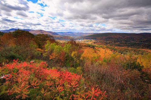 autumn america ma drive us driving unitedstates outdoor hiking weekend massachusetts autumnleaves foliage northadams mohawktrail canonef1635mmf28liiusm wigwamwesternsummit img624445