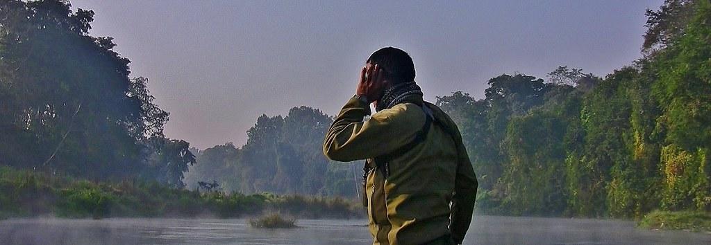 NEPAL, Chitwan-Nationalpark, morgendliche abenteuerliche  Bootsfahrt (auf dem Fluss Rapti) entlang dem Dschungel , (Series), The Park Ranger is looking and hearing - what ?,  15316/8027