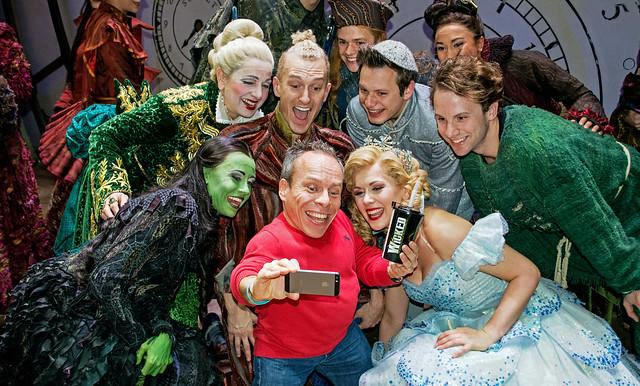 Warwick Davis and Wicked cast do a selfie  DSC0392