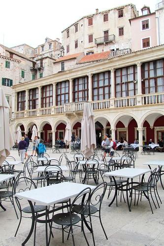 šibenik szybenik croatia architecture buildings history town restaurant tables chairs square arches travels pavementcafe many friendlychallenges