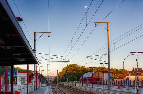 moon station train morning sunrise käerjeng luxembourg lu rails