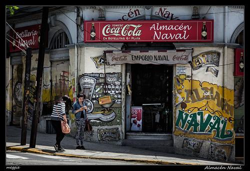 chile valparaíso tienda colmado almacén negocio shop negozio graffiti cartel chicas jovenes younsters ragazze color streetphotography street strada urbanlandscape fotografíaurbana