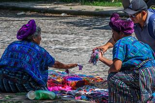 Vendeuses de bijoux en perles au Guatemala
