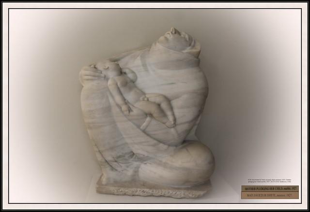 4520 MuzMeštrGal Mati zavjetuje dijete mramor 1927. Mother pledging her Child marble 1927. 2015 S 2516 Meštrović_018a