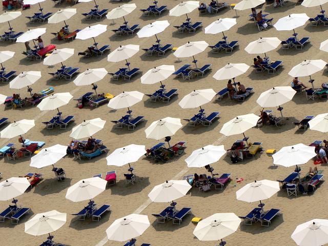 ombrelloni bianchi