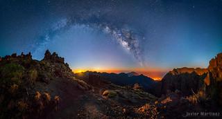 Corre que va a salir! Amanecer lunar y Vía láctea sobre la Palma. [Aapod] | by Javier Martínez Morán