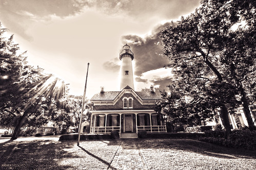 trees light shadow sky usa white house black building history field grass museum sepia architecture alberi clouds america dark faro mono us nuvole day ray view unitedstates ombra entrance vivid historic vista boardwalk architettura eastcoast statiuniti andreamoscato