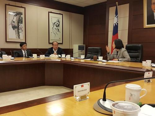 圖01.1060120蔡總統接見10大工會領袖,莊理事長提出勞保年金改革意見