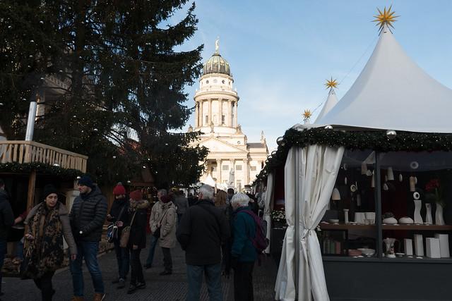 Berlin: Weihnachtsmarkt auf dem Gendarmenmarkt - Blick zum Französischen Dom - Christmas Fair on the Gendarmenmarkt with the French Dome as background