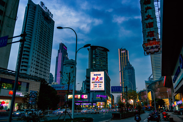 Cae la noche en la avenida Wu Ai.