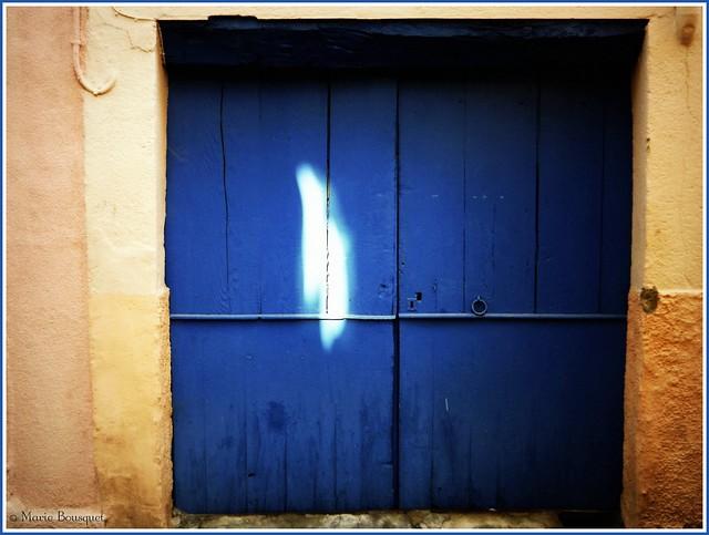 Porte bleue avec tache de lumière