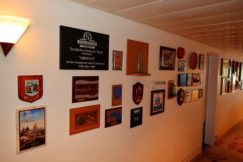 Plaques échangées lors des visites inaugurales du navire dans les ports du monde entier - Visite du paquebot AMADEA - Bordeaux, 16 septembre 2015