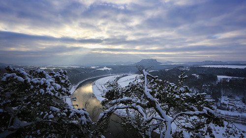 landscape landschaft morning mountain mountains saxony sächsischeschweiz saxonswitzerland elbe elbsandsteingebirge elbtal felsen winter snow schnee bewölkt cloudy sun sunlight nature outdoor trees tree lilienstein sunrays sunrise rathen tafelberg tal berge berg bergwelt bastei aussicht aussichtspunkt basteiaussicht cold