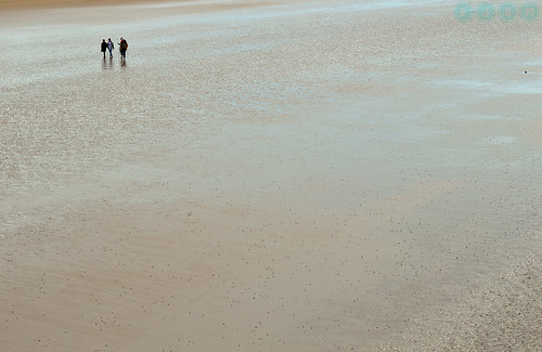 People walking on the low tide | by Javier Quesada Molina