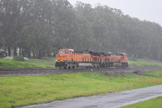 BNSF 3872 working through the rain