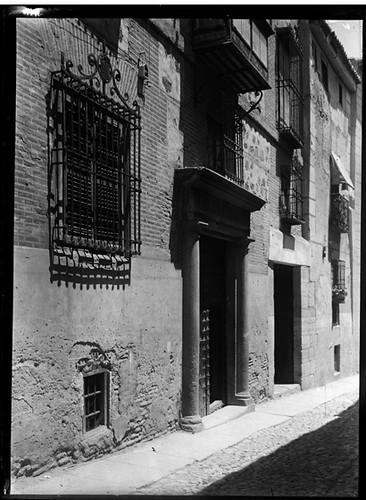 Portada de la casa de la Calle Santa Úrsula, 7 en Toledo hacia 1920. Fotografía de Enrique Guinea Maquíbar © Archivo Municipal de Vitoria-Gasteiz