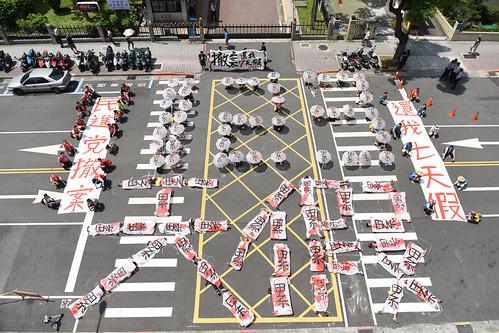 圖04.勞團為反對「砍七天假、一例一休」政院版勞動基準法修正案,發起百人排「123天假」行動