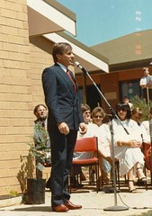 1986 1123 - Principal Rory Chisholm thanking Greg Crafter MP for opening Gawler East Primary School (4)