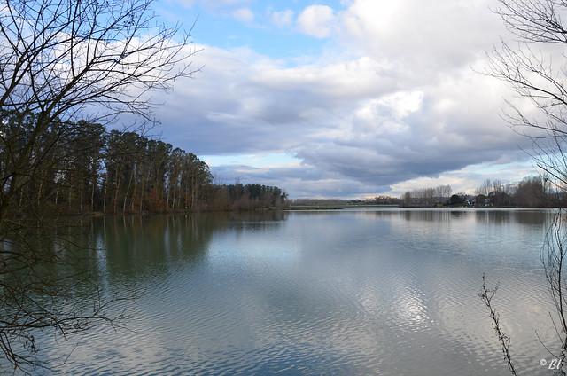 Ciel et lac dans la tourmente