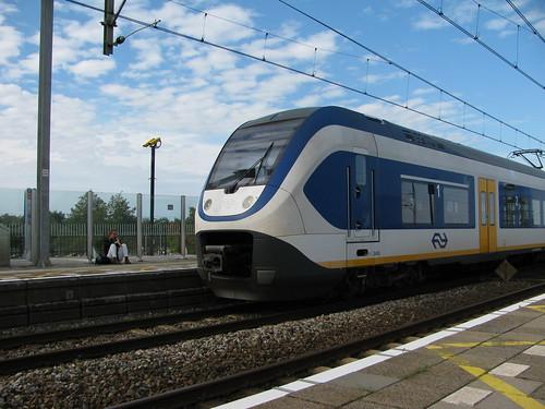 Om 10 voor 5 kwam de sprinter 2402 langs op station Nieuw vennep.   by remco2000