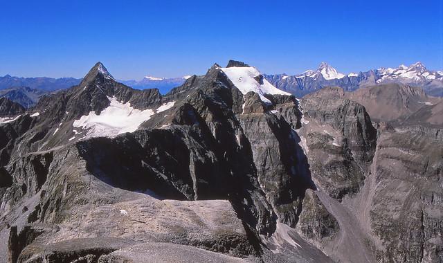 Punta del Rebbio, a sinistra, Punta Mottiscia e Hillehorn, al centro, visti dall'Helsenhorn. Canton Vallese, Svizzera