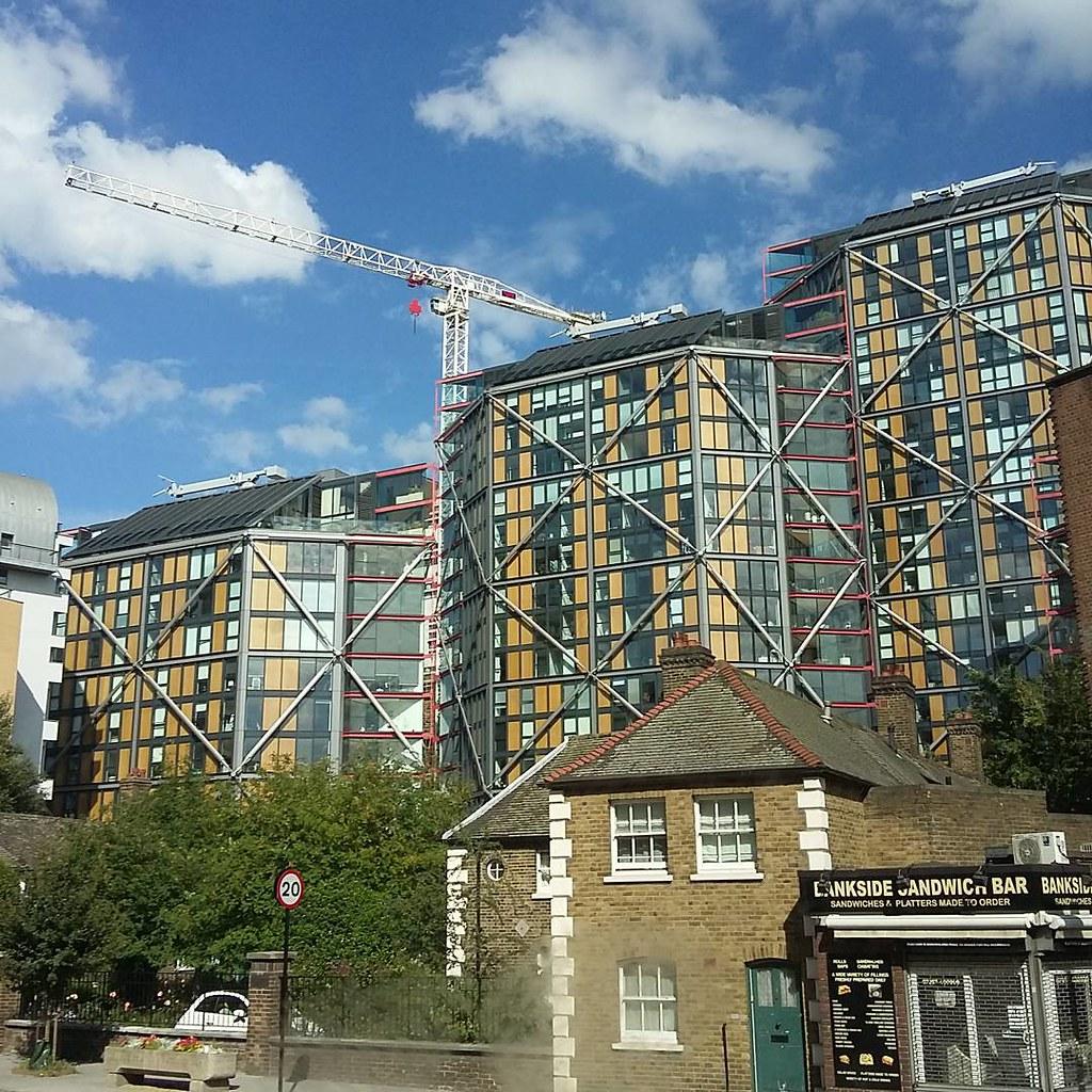Bantu temen: dijual rumah yang memenangkan penghargaan desain terbaik di pusat kota London. Hanya 2-3 juta... Poundsterling.