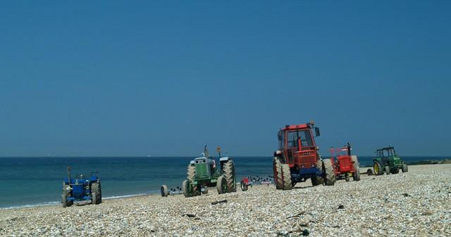 tractors op strand