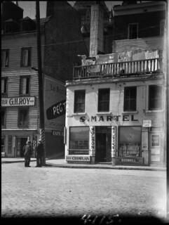 """The """"corner pub"""" with clothes hanging out to dry / La « tavern du coin » et vêtements suspendus pour sécher"""