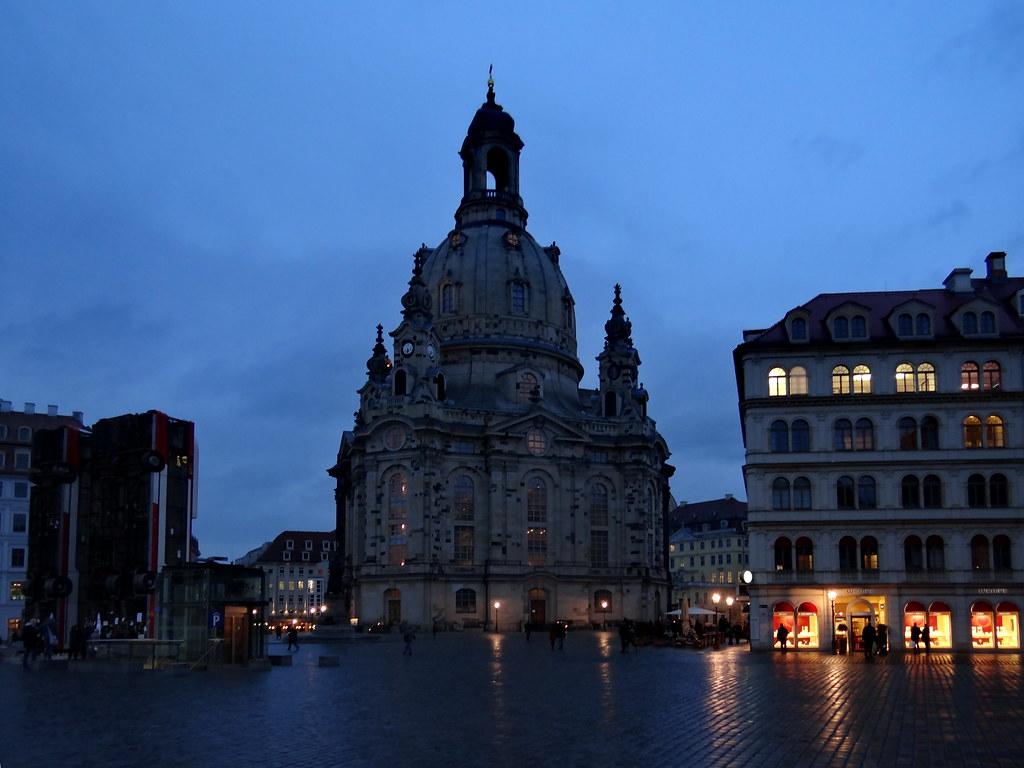 Von der Frauenkirche nach Pillnitz, der einstigen Sommerresidenz des sächsischen Hofes, unternehmen Sie einen individuellen Spaziergang durch die wunderschöne großzügige Gartenanlage bevor Sie dann mit dem Bus weiter zum Hotel in Dresden fahren00139