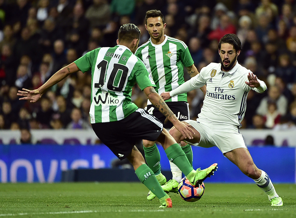 AFP_ML901 - Real Madrid's midfielder Isco (R) vies with Beti… - Flickr