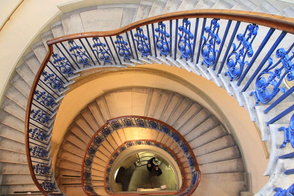 London Londres England Angleterre  : Spiral chaise, Courtauld Gallery, escalier en spirale de la Galerie Courtauld, Wendeltreppe, escalera de caracol