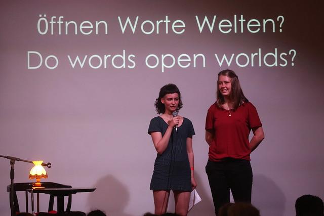 Friederieke Zimmermann (Herbstlese e.V.) und Liska Titze (hbs Thüringen e.V.) begrüßen das Publikum.  Vielen Dank für die Fotos an Stefan Schulz.
