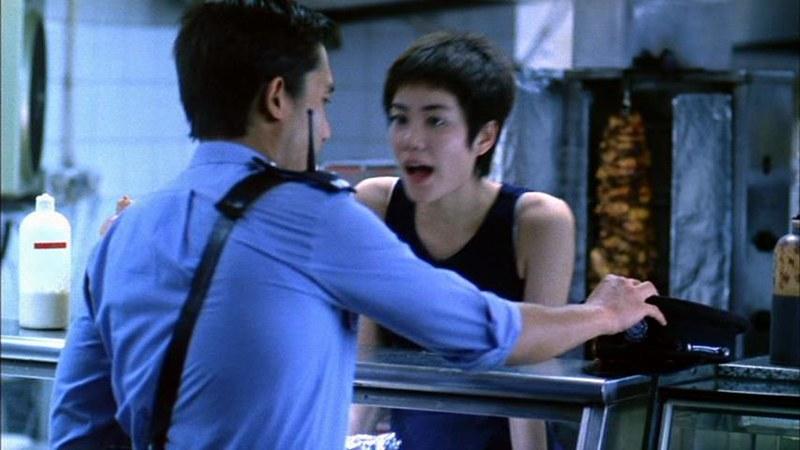 ウォン・カーウァイ監督「恋する惑星」の一場面。フェイ・ウォンがトニー・レオンに話しかけています。