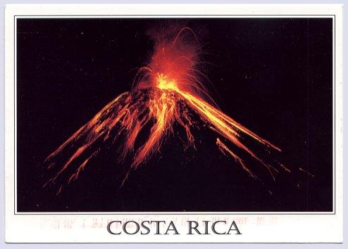 Imagen nocturna del Volcán Arenal, en Costa Rica