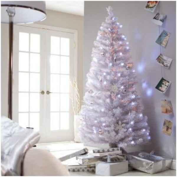 Abeto blanco de Navidad iluminado