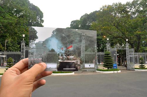 Xe tăng của Cách Mạng ủi tung cửa Dinh Thống Nhất, Sài Gòn ngày 30/4/1975   by Khánh Hmoong