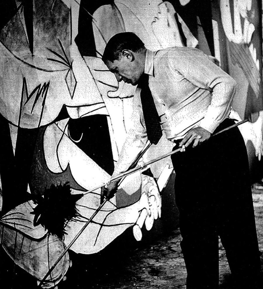 Pablo Picasso počas maľovania diela Guernica