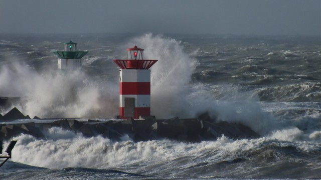 Havenlichten  Scheveningen in de storm