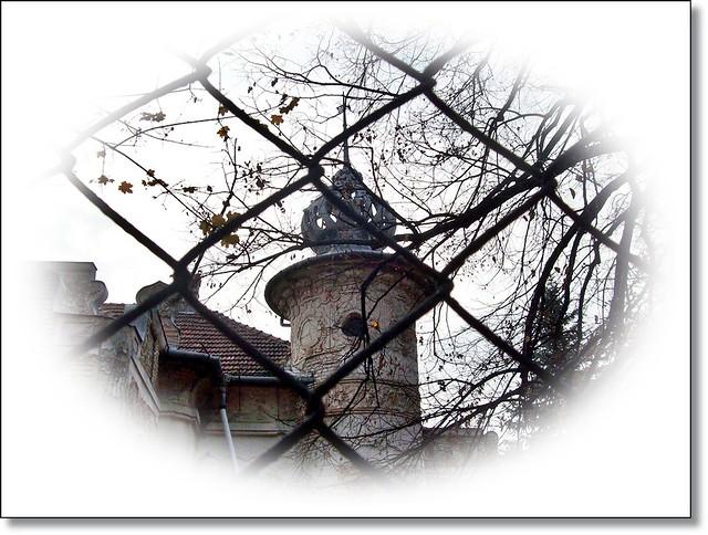 Moment on my winter-road-Régi ház a kerítésen át (Explore-jan.11.)