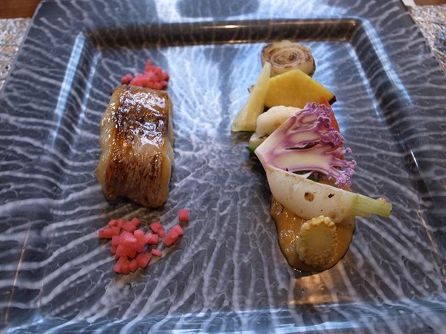 <p>c)逸品<br /> 黒むつの西京焼き<br /> 焼き野菜のバーニャカウダー</p>