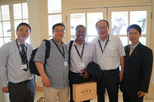 圖03本會代表團與日本代表佐藤良雄以及新加坡代表Rajendran先生合影