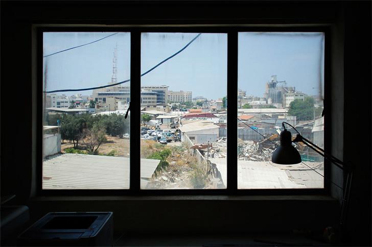 מבט מחלון הסטודיו אל עבר תל־אביב התעשייתית
