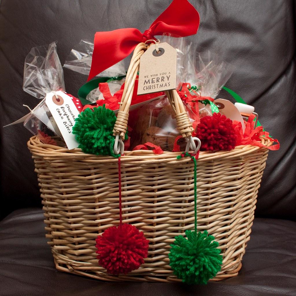 Ein weihnachtlicher Präsentkorb in grün und rot mit Schleifen und Keksen