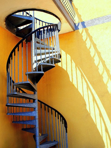 stairs spiralstairs escalier colimaçon marches steps shadows ombres riposto sicily sicile italy italie blue yellow bleu jaune staircases mygearandme ringexcellence